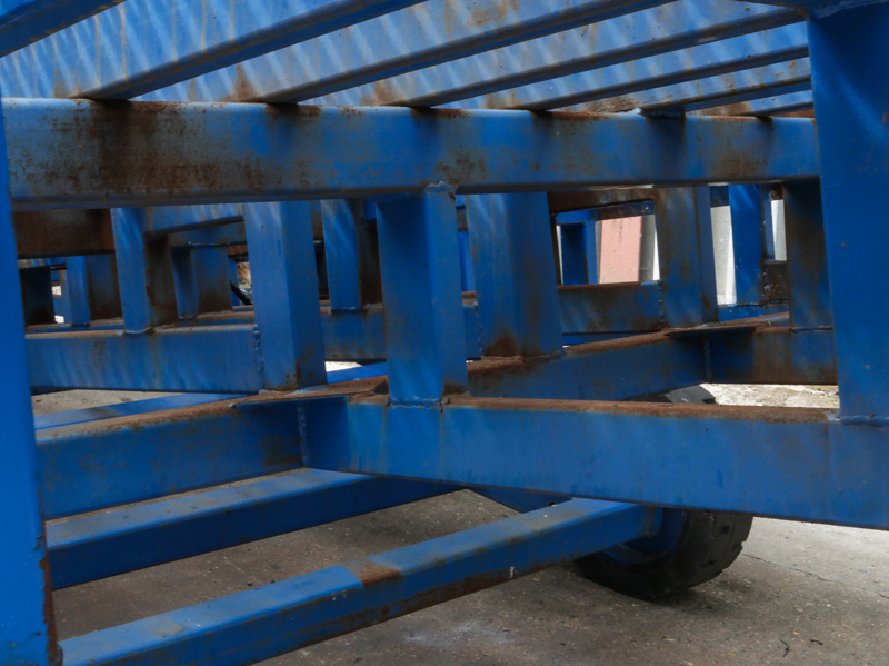 close-up on the blue loading ramp chassis